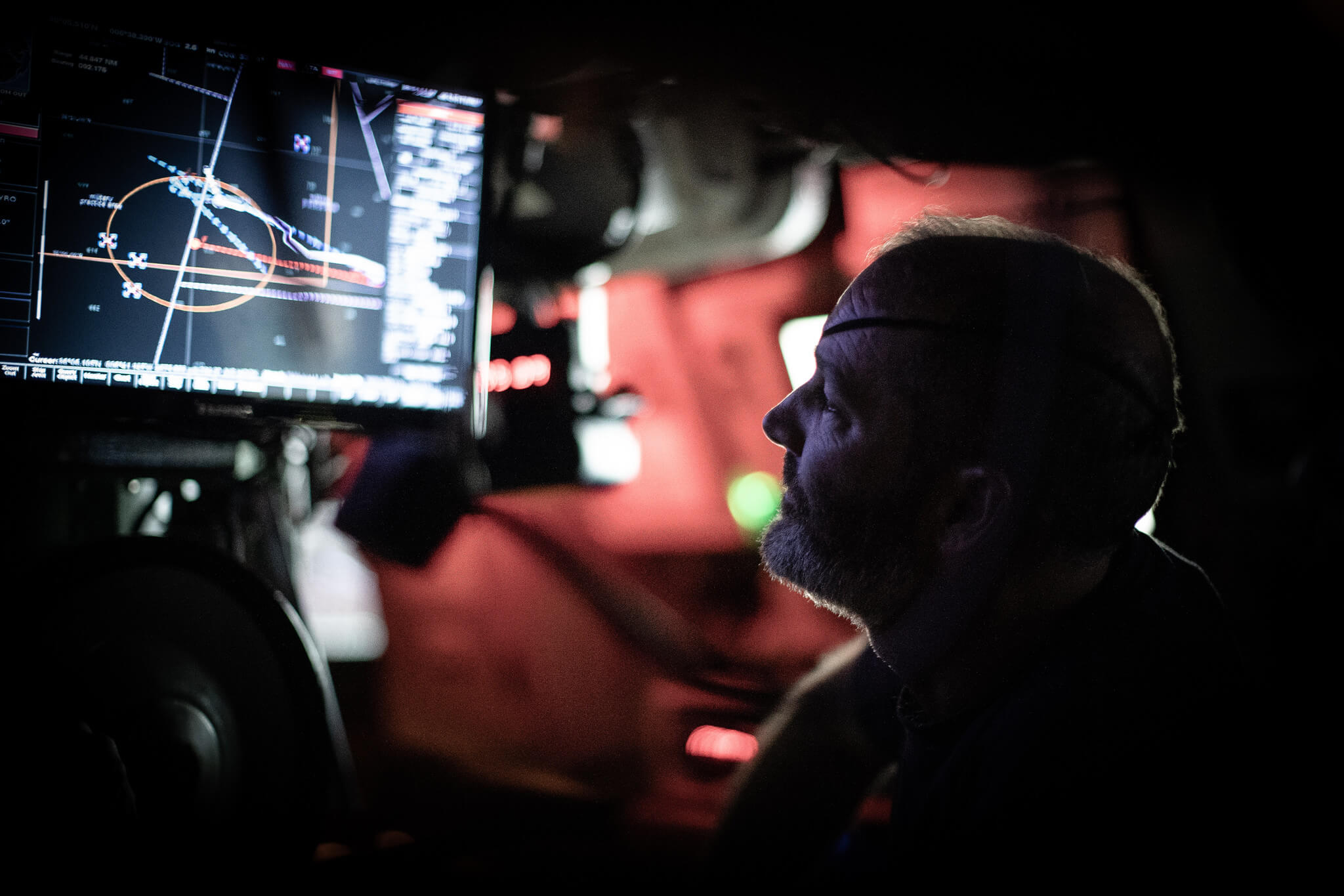 A Lieutenant Commander monitors a Spanish submarine during NATO exercise Dynamic Mariner. © NATO / Flickr