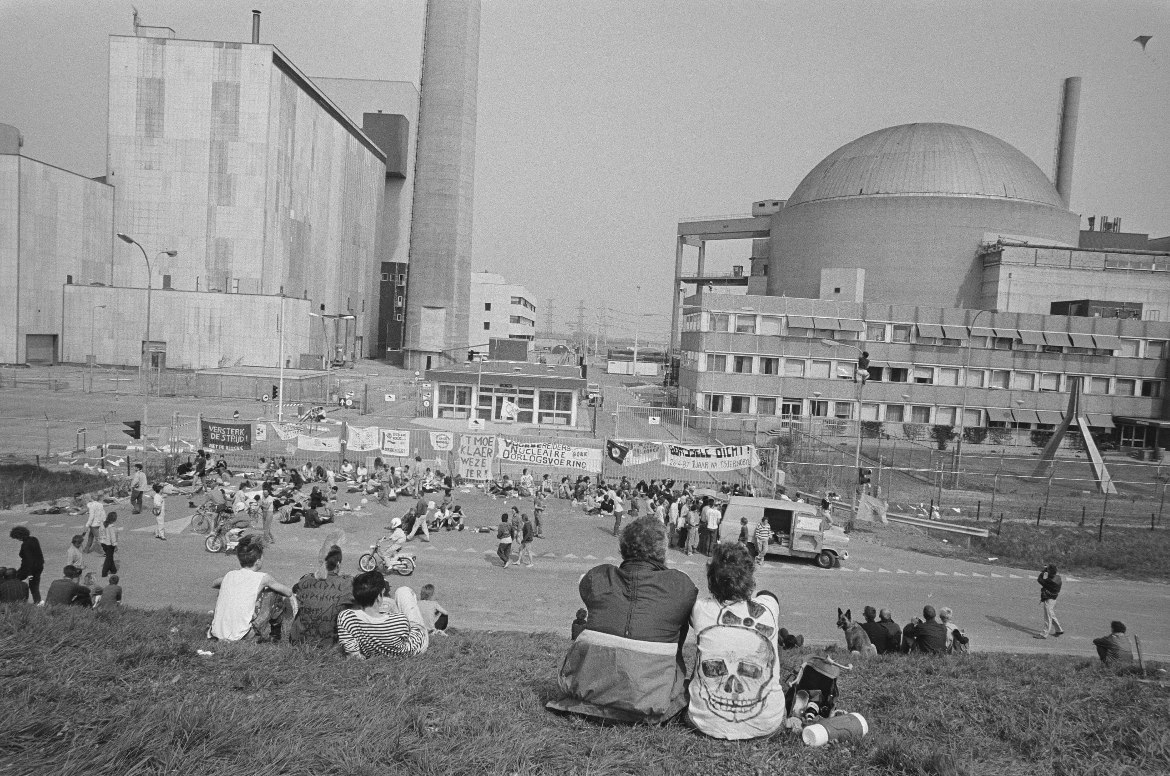 Protest at the nuclear power plant in Borselle, 1987. © Nationaal Archief