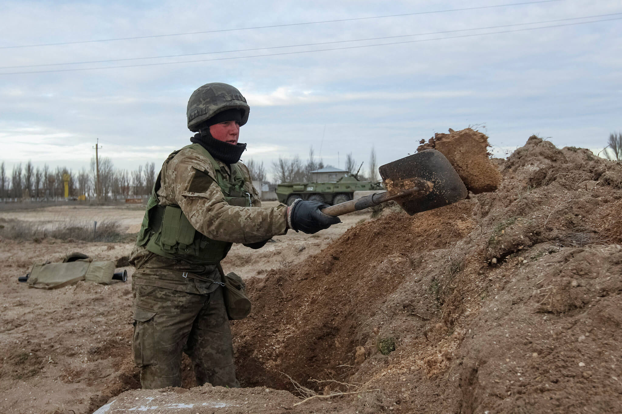 Ukrainian soldier digging a trench near a checkpoint in Crimea, 2014. © Flickr / Think Defense