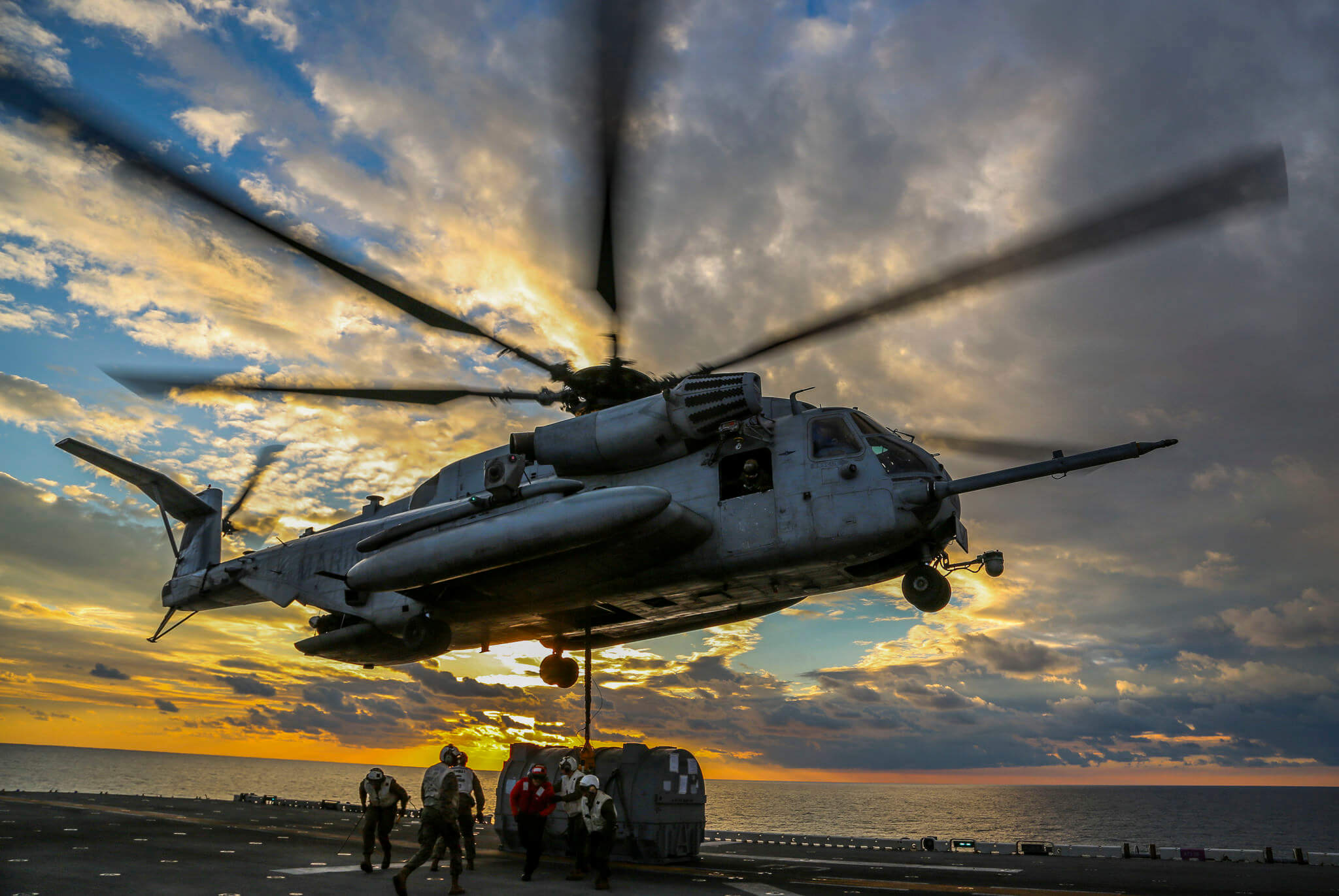 Hoekstra-foto2-U.S. Marine Corps helicopter during a Helicopter Support Team Mission in the Atlantic Ocean- Dec 1 2017- U.S. Department of Defense Current Photo's-Flickr-by Cpl. Jon Sosner