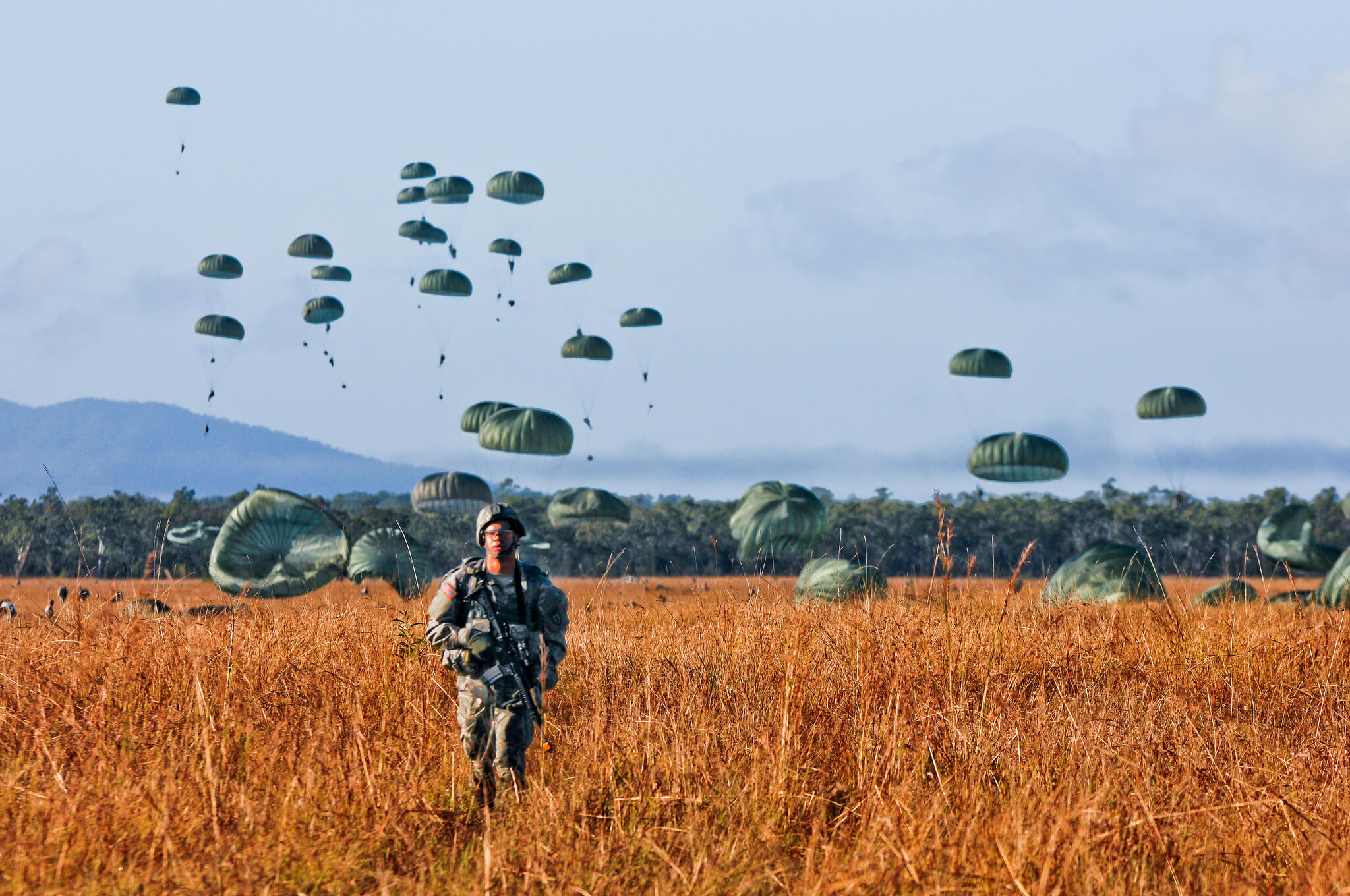 Paratroopers during a joint Australia and US military exercise. © DVIDSHUB / Flickr