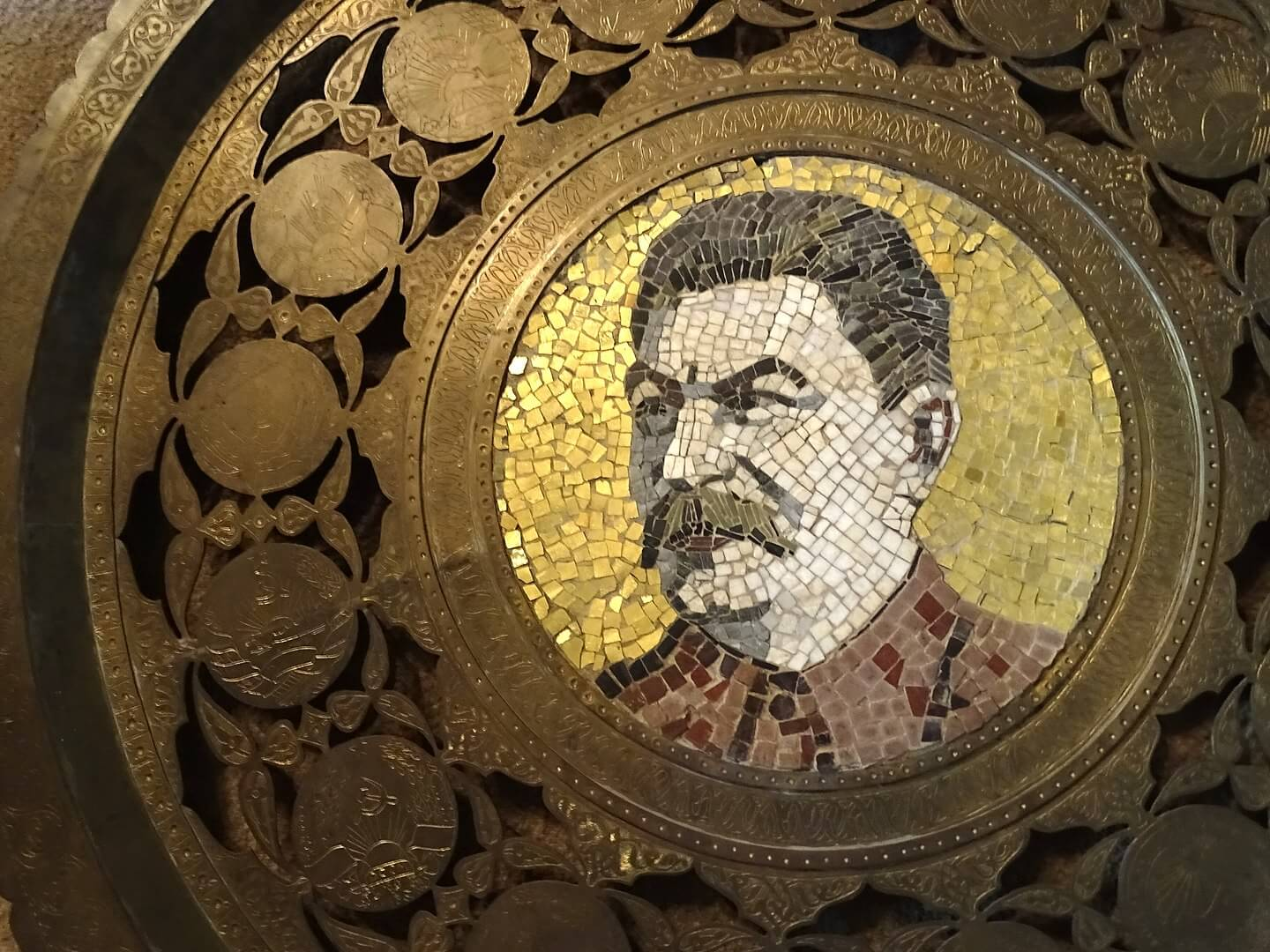 Klijn-Detail of Mosaic Portrait in the Stalin Museum in Gori Georgia. By Adam Jones from Kelowna, BC, Canada - Detail of Mosaic Portrait - Gift to Stalin on 70th Birthday - Stalin Museum - Gori - Georgia, CC BY-SA 2.0