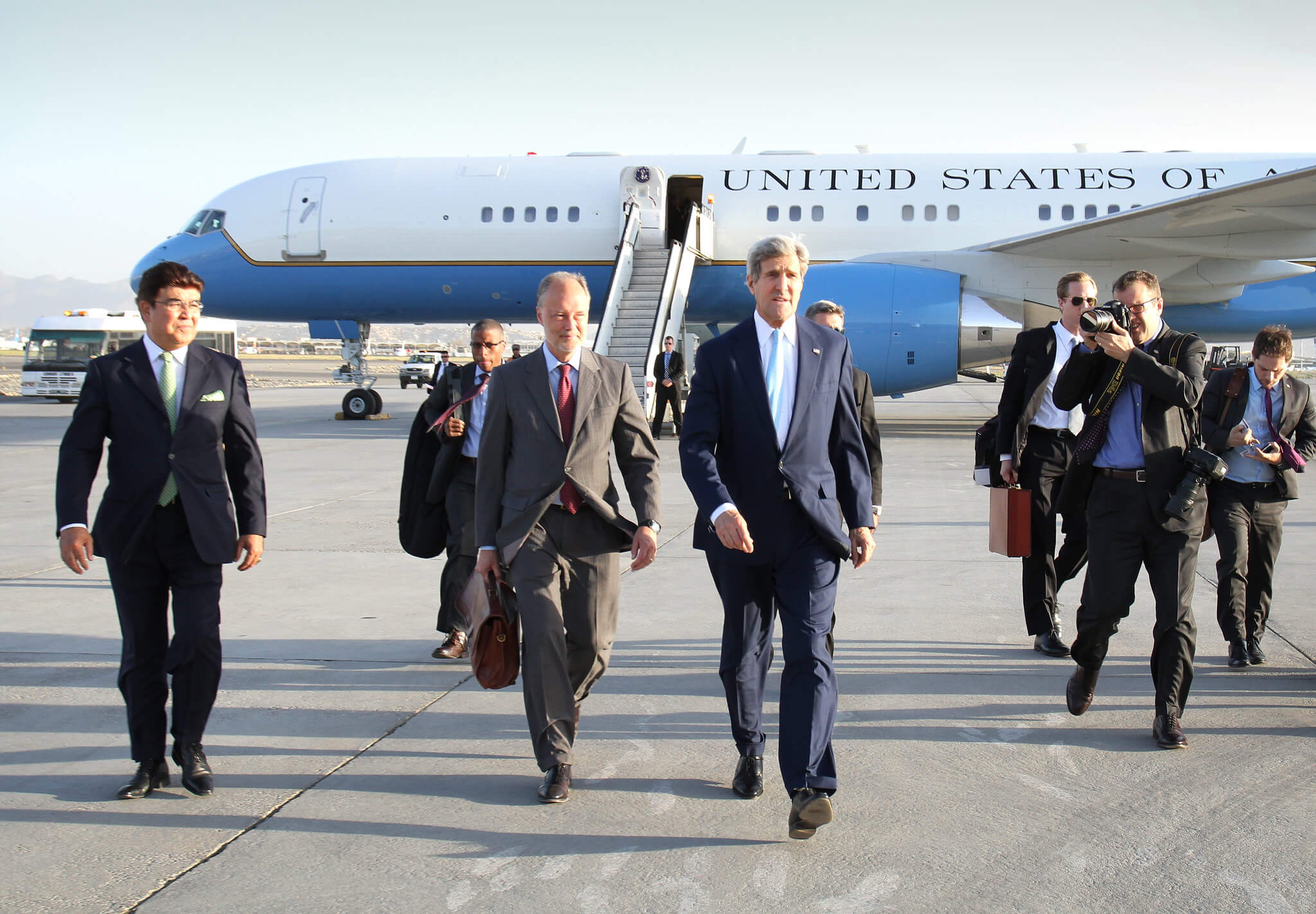 United States Secretary of State John Kerry arrives in Kabul to meet with Abdullah Abdullah, Ashraf Ghani and Hamid Karzai in august 2014. ©US embassy of Kabul, Afghanistan/Flickr