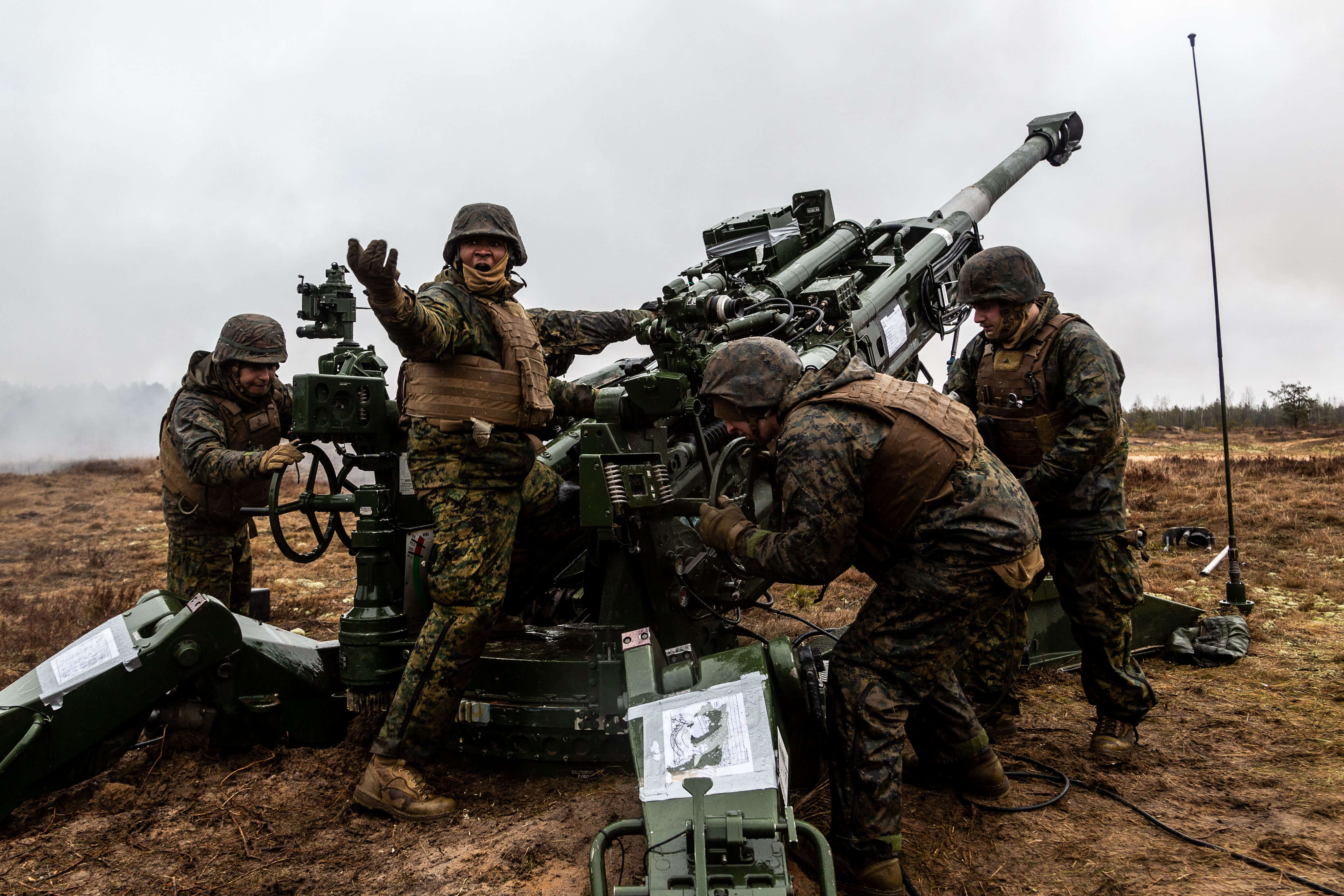 US Marines prepare to fire their M777 howitzer during Exercise Dynamic Front 2019 at Adazi Training Grounds in Latvia. © NATO/Flickr