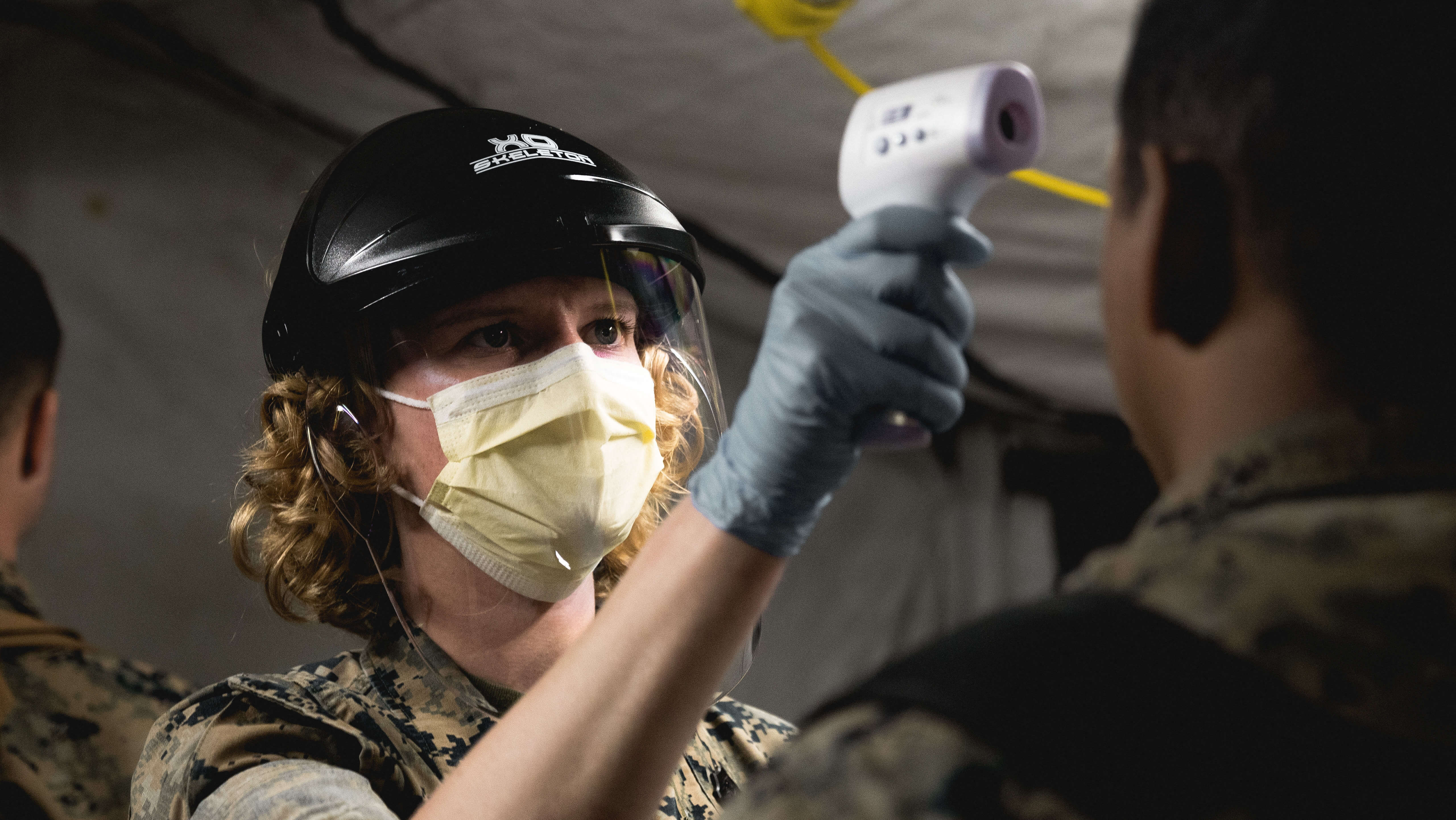A Hospital Corpsman pre-screens Marines for the coronavirus disease. © Official U.S. Navy Page / Flickr