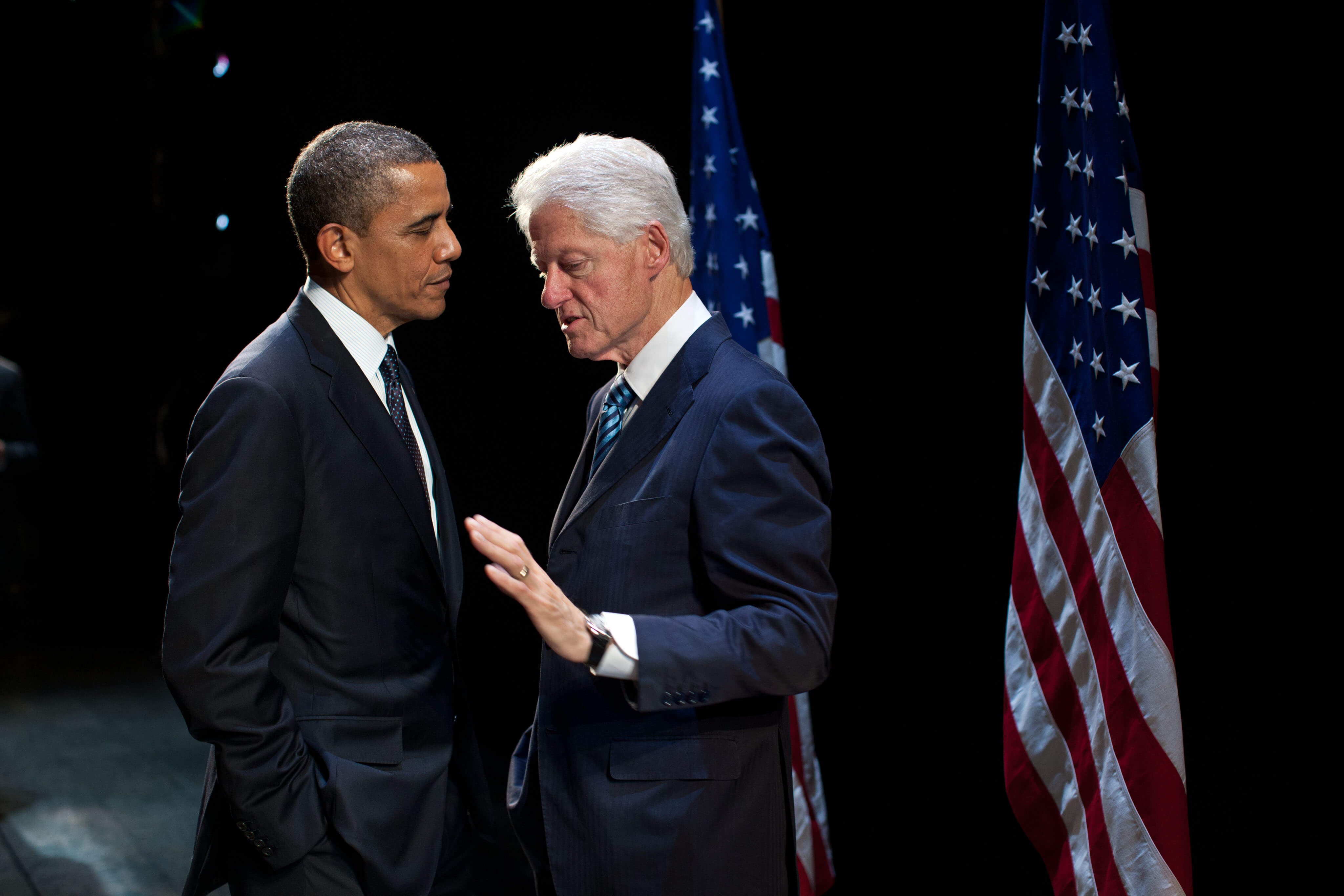 President Barack Obama praat backstage met voormalig president Bill Clinton in het New Amsterdam Theater in New York, 2012. © Obama White House/Flickr