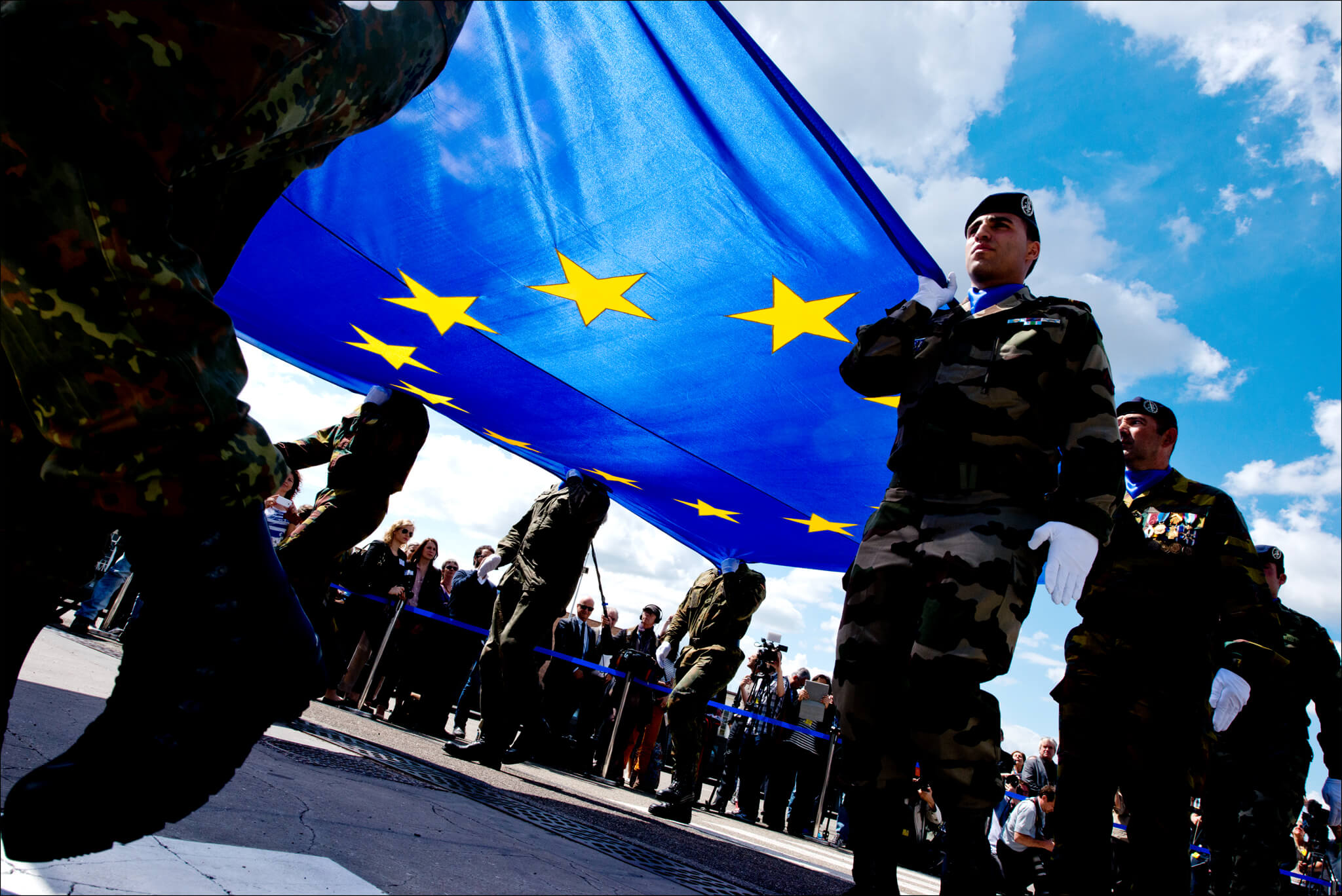 Soldaten dragen de EU vlag. © European Parliament / Flickr.